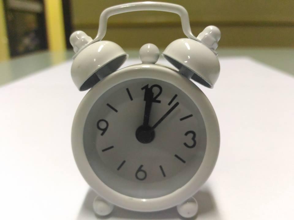 นาฬิกาปลุกจิ๋วๆ สีขาว 4*6*1.8cm พร้อมถ่านกระดุม LR44