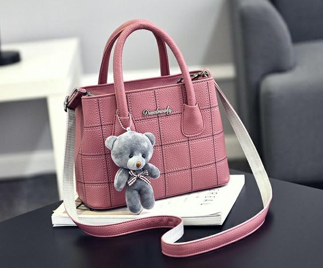 กระเป๋าสะพายข้างผู้หญิง Girl the grid pink แถมหมี!!