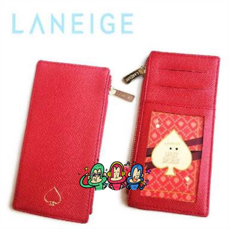 Laneige Card Bag กระเป๋าใส่เงินลาเนจที่ออกแบบมาได้กระทัดรัด สีแดงพร้อมซิปโลโก้สีทอง เพิ่มความหรูหราให้กับกระเป๋า พร้อมช่องเสียบบัตรหลายช่องให้กระเป๋าเป็นระเบียบ สะดวกต่อการใช้งานค่ะ ขนาด 8x16 cm