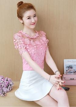 เสื้อผ้าลูกไม้สีชมพู ชนิดยืดได้เนื้อนิ่ม ไหล่บ่าล้ำ ช่วงไหล่และแขนเสื้อเป็นผ้าโปร่งลายจุด