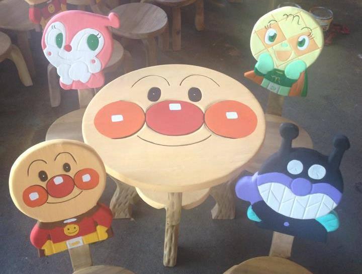 ลายอันปัง รุ่นมีพนักพิง โต๊ะ ขนาด 18*20 นิ้ว จำนวน 1 ตัว เก้าอี้ ขนาด 10*10 นิ้ว จำนวน 4 ตัว ผลิตจากไม้จามจุรี รับน้ำหนักได้ถึง 70 กก