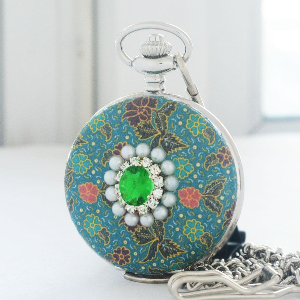 นาฬิกาของขวัญไทยลายผ้าปาเต๊ะ ประดับคริสตัลสีเขียว ของขวัญเสริมดวง (งานสั่งทำ)