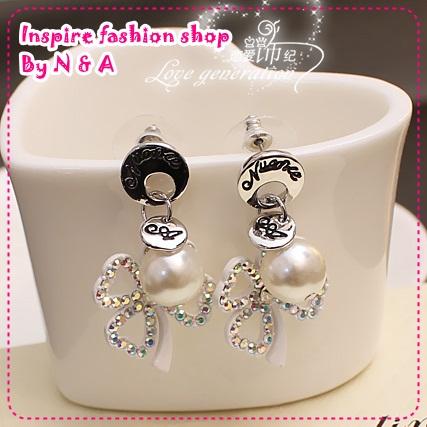 ตุ้มหูดอกไม้ประดับไข่มุก Han matter Chi Crystal Clover temperament earrings Korea Korea Europe and the United States retro earrings earrings female