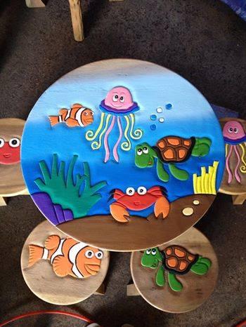ลายสัตว์ทะเล 2 รุ่นไม่มีพนักพิง โต๊ะ ขนาด 18*20 นิ้ว จำนวน 1 ตัว เก้าอี้ ขนาด 10*10 นิ้ว จำนวน 4 ตัว ผลิตจากไม้จามจุรีแท้ ไม่ใช่ไม้อัด รับน้ำหนักได้ถึง 70 กก.