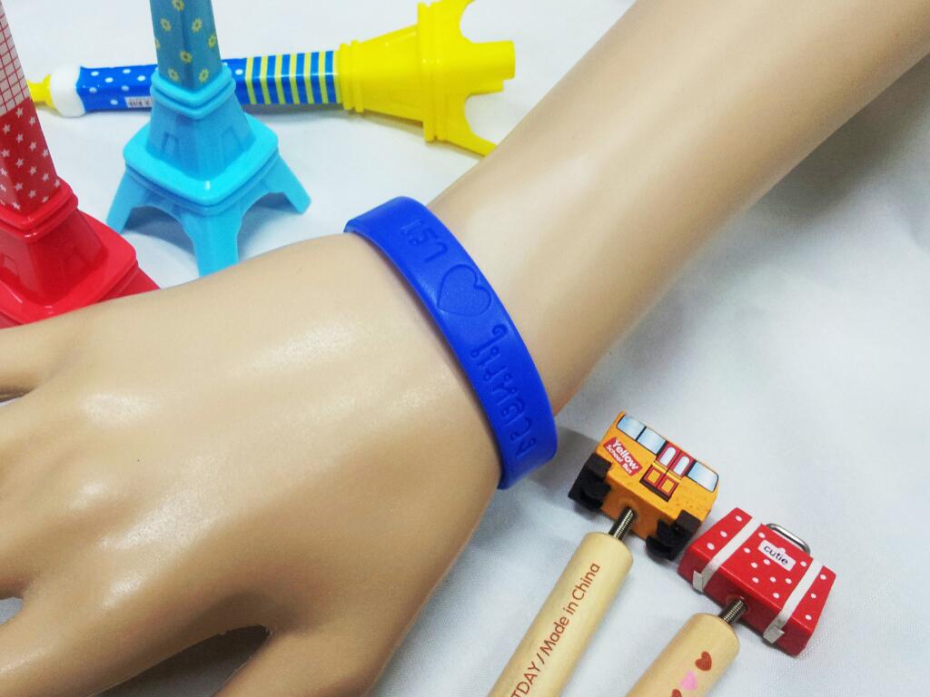 [สินค้าขายดี]สายรัดข้อมือ ริสแบนด์ เรารักในหลวง สีน้ำเงิน