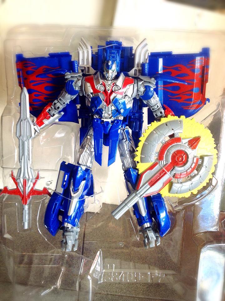 หุ่นยนต์แปลงร่างจากหนัง Transformers 4 - Optimus แปลงร่างเป็นรถได้ ผลิตจากวัสดุอย่างดี งานสวย ปรับท่าได้หลายแบบ สูงประมาณ 8 นิ้ว (Taikongshenrs) น่าเล่น น่าสะสม หรือเป็นของฝากถูกใจน้องๆ แน่นอนจ้า