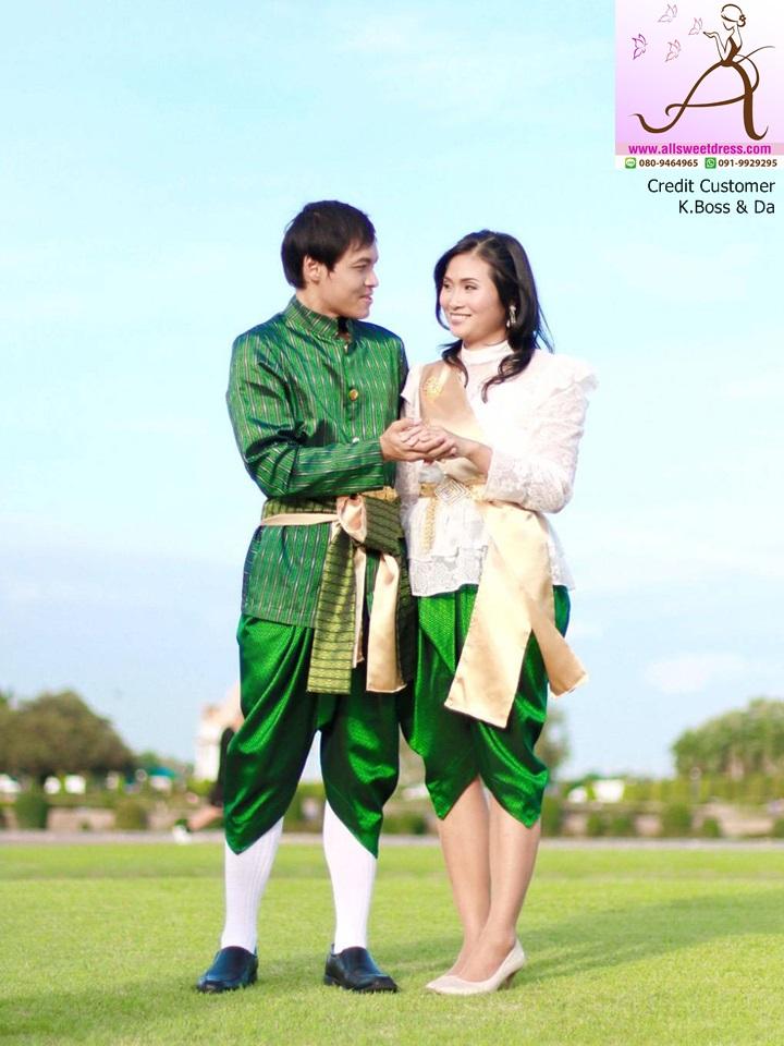 รีวิวชุดไทยท่านหมื่นผู้ชายสีเขียว และผู้หญิงแบบรัชกาลที่ 5 กับ โจงสีเขียวมรกตตัดกับขอบฟ้าสวยๆ จากคุณบอส คุณดา ตลาดพลู ที่ใช้บริการของร้านเช่าชุดไทย allsweetdress ฝั่งธนค่ะ
