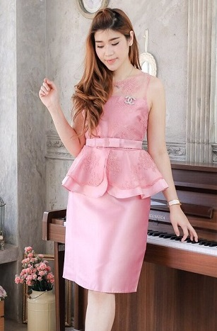 (Size M,XL,2XL ) ชุดไปงานแต่งงาน ชุดไปงานแต่งสีชมพู ผ้าไหมแขนกุดเอวระบาย แต่งด้วยลูกไม้ออแกนดี้อย่างดี (แถมเข็มขัดโบว์)