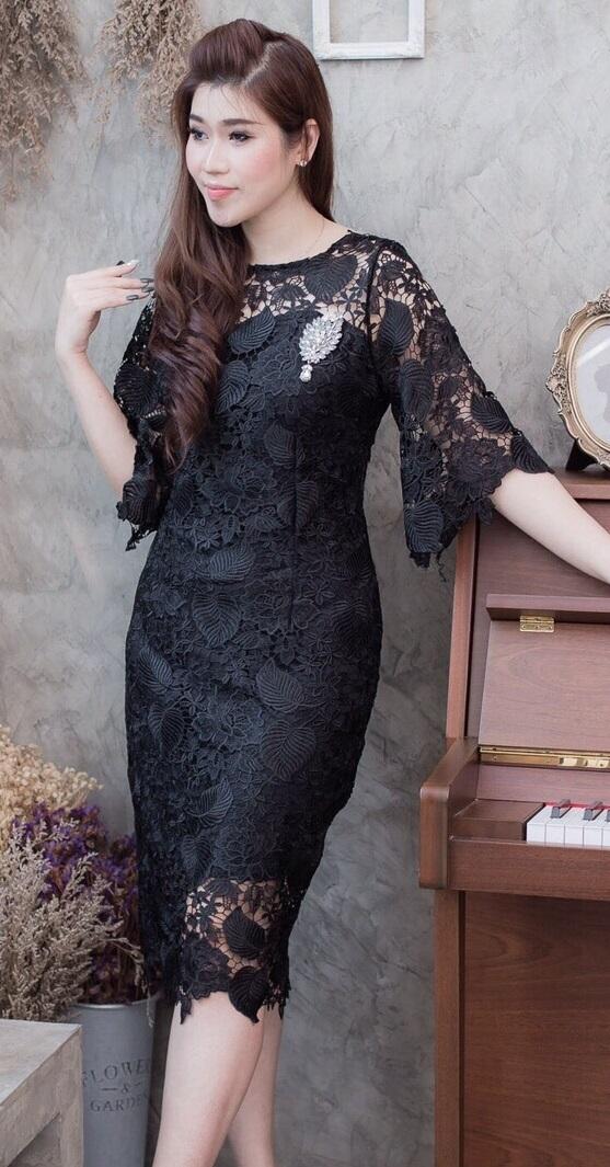 (Size M )ชุดเดรสสีดำ ชุดแซกสีดำ ชุดทำงานสีดำ เดรสลูกไม้แขนระบาย เป็นลายใบไม้ ในตัว ผ้าสวยมากๆคะ มีดีเทลที่ปลายแขนระบาย งานเนียบทรงสวยเนื้อผ้านำเข้าอย่างดีสั่งทำลายพิเศษ ,