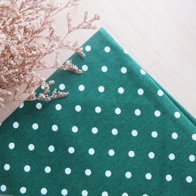 ผ้าคอตตอนลินิน 1/4ม.(50x55ซม.) พื้นสีเขียวเข้ม ลายจุดสีขาว