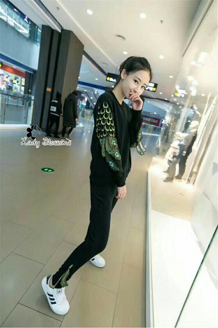 เสื้อผ้าเกาหลี พร้อมส่ง เสื้อแขนยาวแต่งลายนกยูง