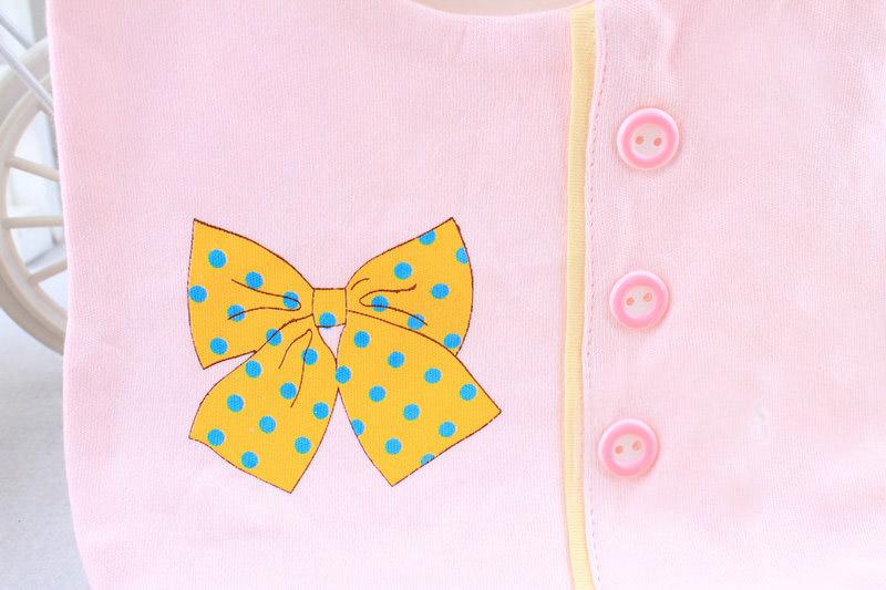 ผ้ากันเปื้อน ผ้ากันน้ำลาย ทรงสี่เหลี่ยม มีกระดุมประดับด้านหน้า ื เรียง 3 เม็ด และพิมพ์ลายโบว์ สวยน่ารัก มี 3 สี ชมพู ฟ้า เหลือง มี 3 สี : สีชมพู สีฟ้า สีเหลือง ขนาด : ยาว 18 สูง 19 (วัดตรงรอบพับช่วงไหล่ไม่วัดรวมด้านหลัง) วัสดุ : ผ้าฝ้าย