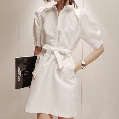 Partysu ++สินค้าพร้อมส่งค่ะ++ชุดเดรสเกาหลี คอปก แขนสามส่วน ผ้า brocade เนื้อดีหนามากค่ะ สไตล์ coat แต่งด้วยผ้าผูกเอวสวยเก๋ – สีขาว