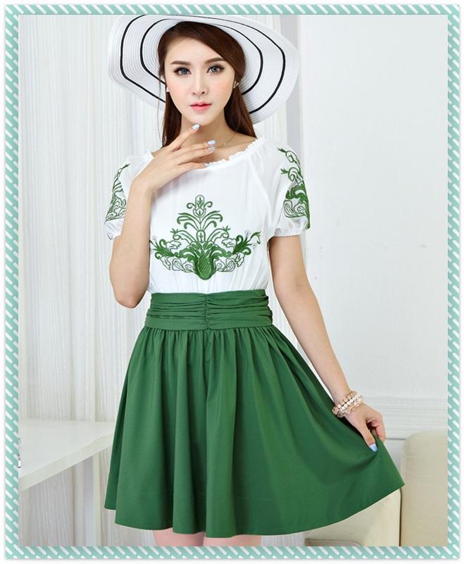 ชุดเดรสสั้น แฟชั่นเกาหลี ผ้าชีฟอง เนื้อดีสีขาว ปักลายดอกไม้ที่หน้าอกและแขนเสื้อสีเขียว คอและปลายแขนเสื้อจั๊ม