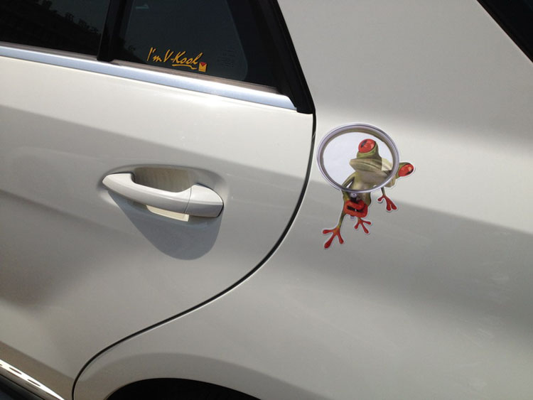 สติ๊กเกอร์แต่งรถยนต์ 3D กบส่องแว่นขยาย 15x20cm