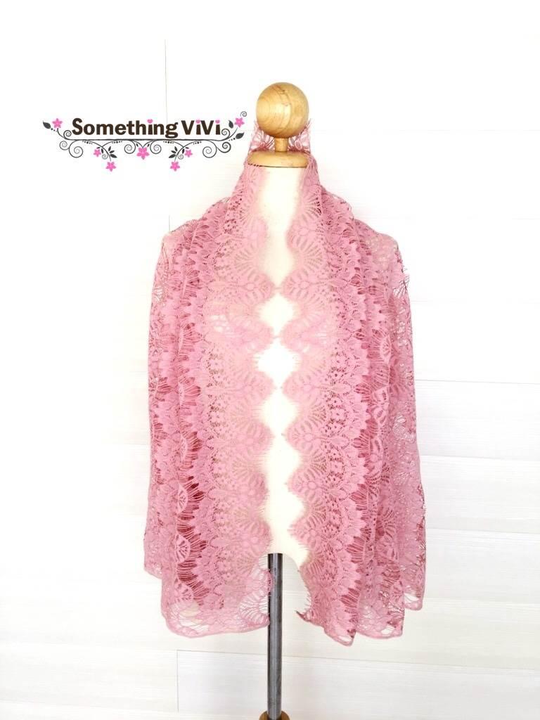 ผ้าพันคอ/ผ้าคลุมไหล่/ผ้าคลุมให้นม รุ่น Delicated French Lace in Lotus Pink (Size L) ผ้าคลุมไหล่ ผ้าพันคอ ลายน่ารัก สีชมพูกลีบบัว สีเข้มสวยงาม ตอนรับลมหนาวอ่อนๆ อาจจะไม่อุ่นมากแต่ก็ช่วยให้อุ่นในระดับหนึ่ง เพื่อความสวยงามมากกว่า ใช้ในงานมงคลต่างๆ ได้ เป็นขอ